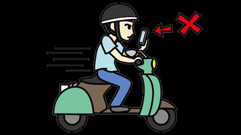 バイクに乗りながらスマホをいじる人のフリー素材