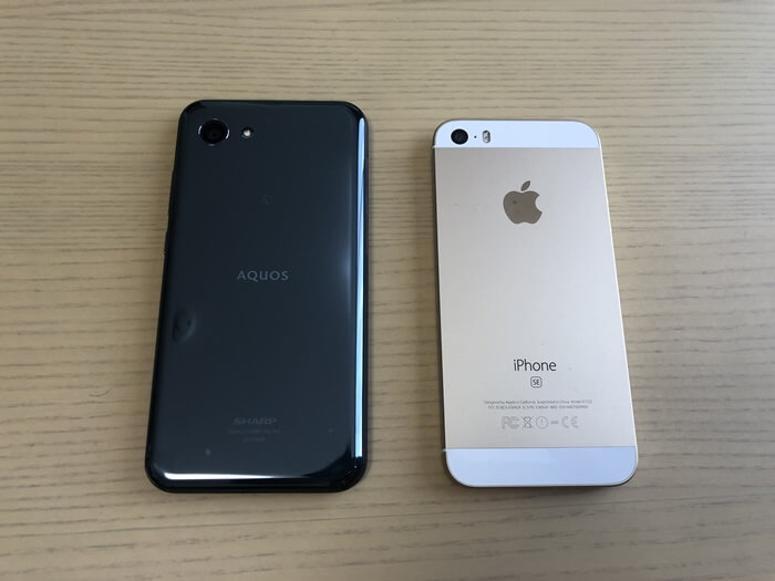 AQUOS R compactとiPhoneSEの大きさ比較