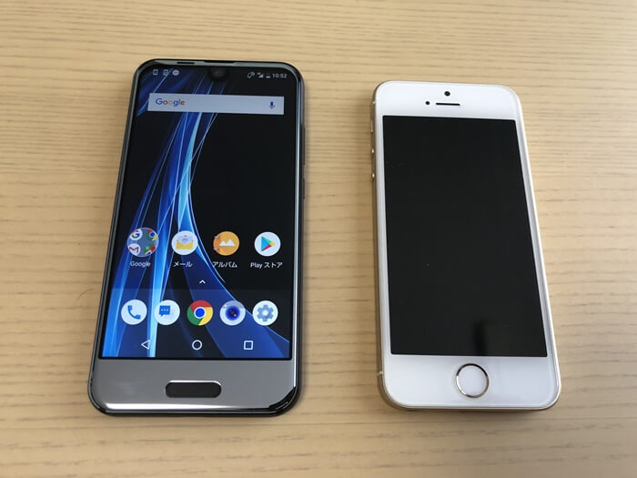 AQUOS R compactとiPhoneSEのディスプレイ比較(画面ON)
